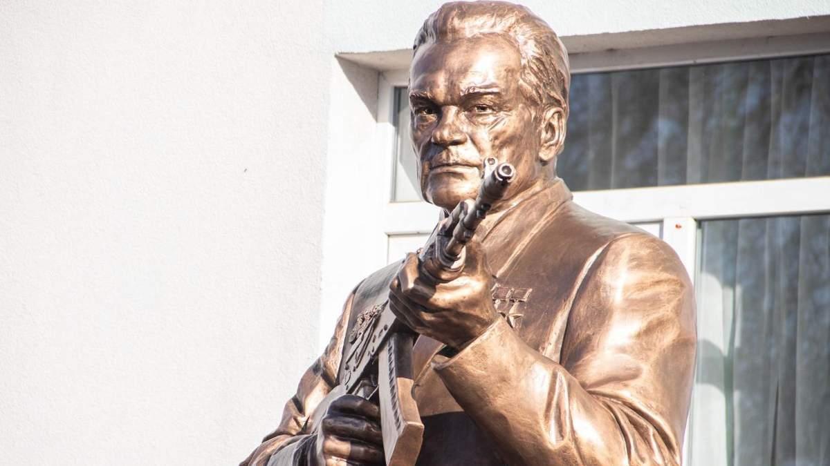 В Крыму продолжают устанавливать памятники