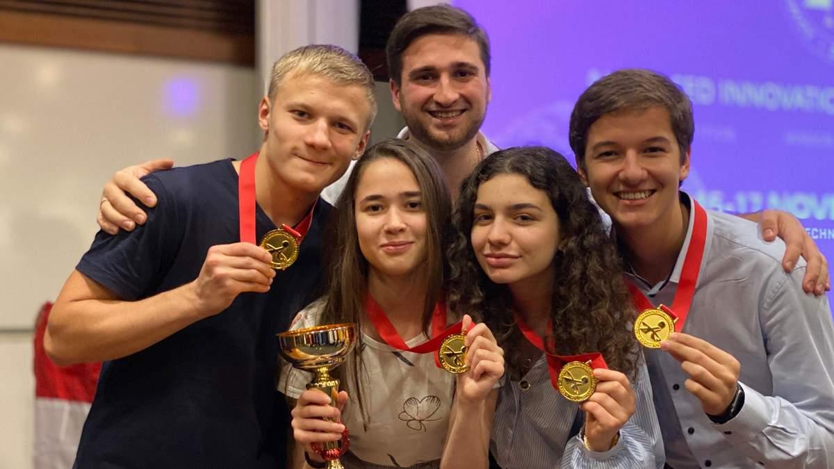 """Юные украинские ученые завоевали 4 """"золота"""" в Сингапуре: какими изобретениями удивили"""