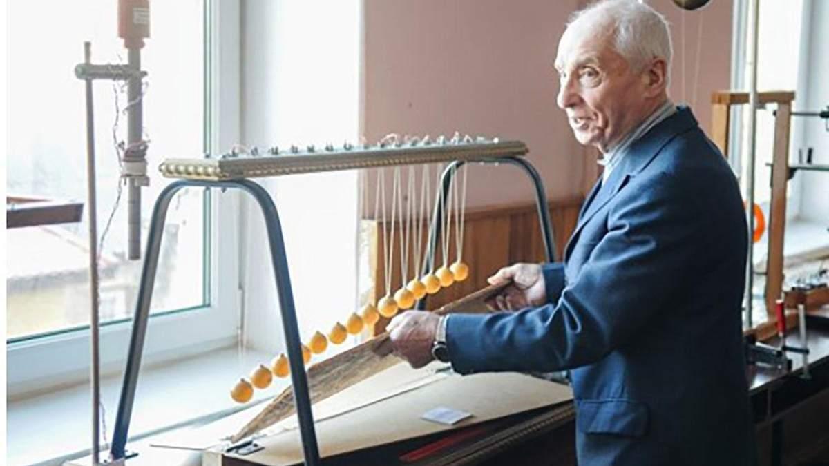 82-летний физик демонстрирует студентам невероятные эксперименты в Черкассах: фото, видео