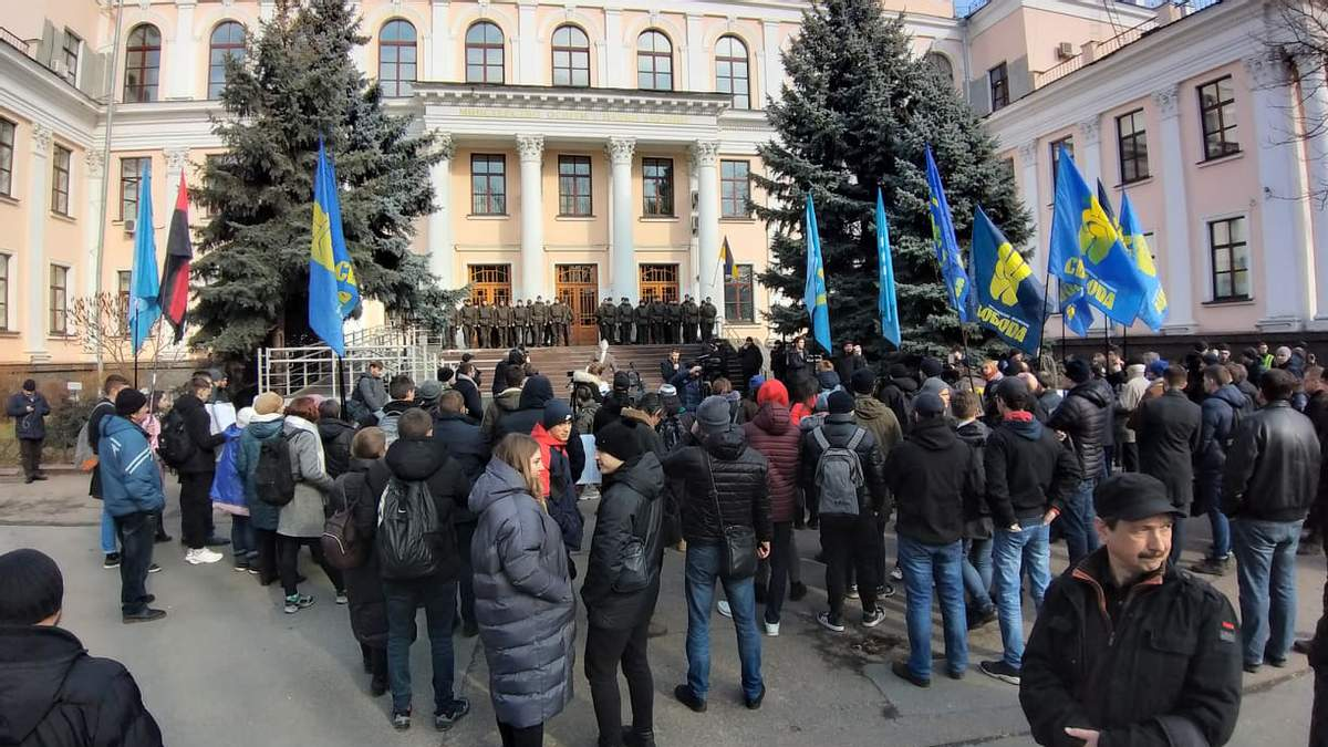 Митингующих не устраивает политика Новосад, а также закон о среднем образовании