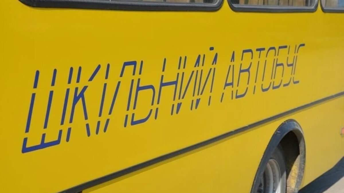Абітурієнти щтовхають автобус, щоб встигнути на ЗНО