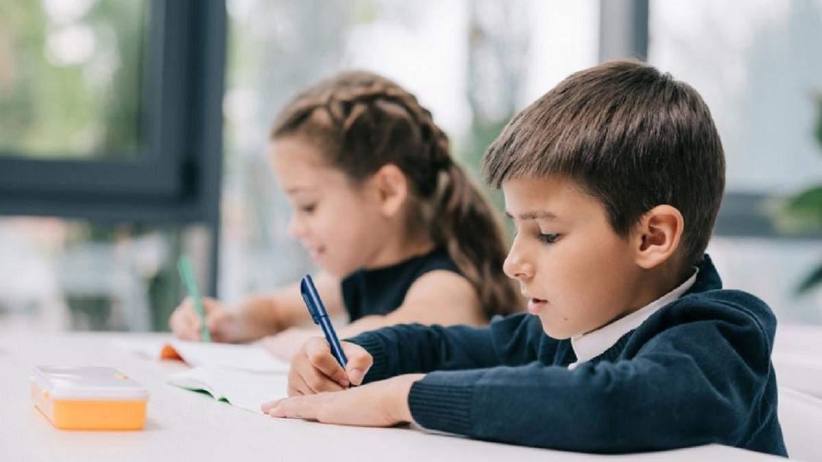 С 1 сентября школы в Украине могут заработать в две смены