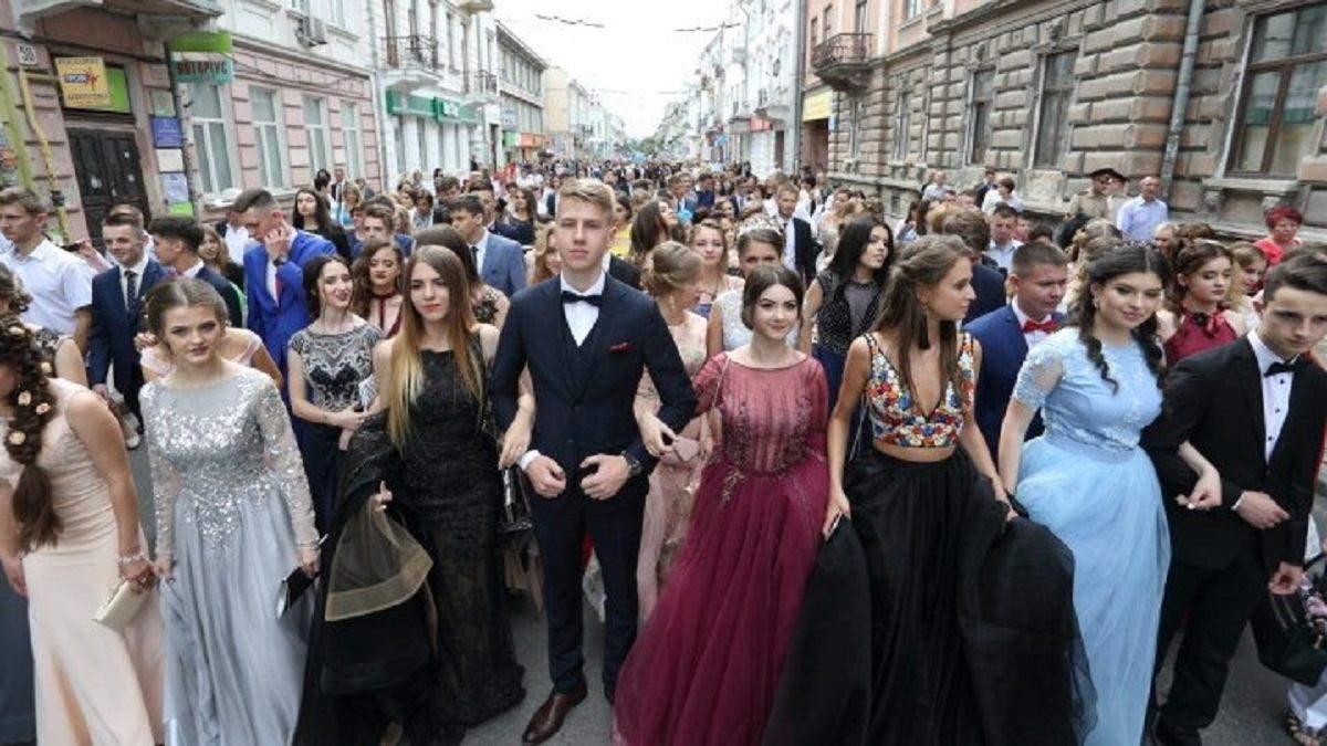 У сукнях та масках: у Тернополі хочуть провести парад випускників