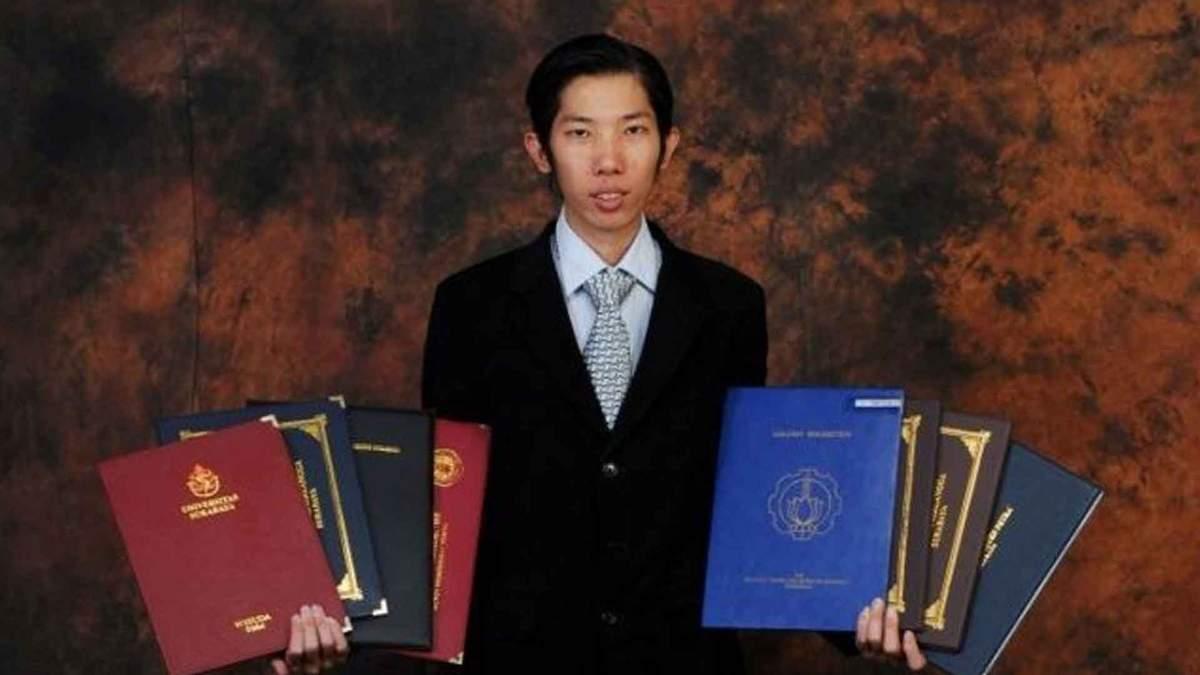 Индонезиец имеет 32 диплома об образовании