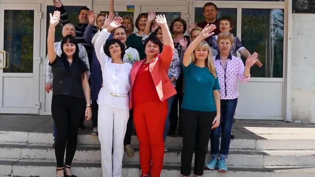 Учителя и родители поздравили учеников с окончанием школы: видео