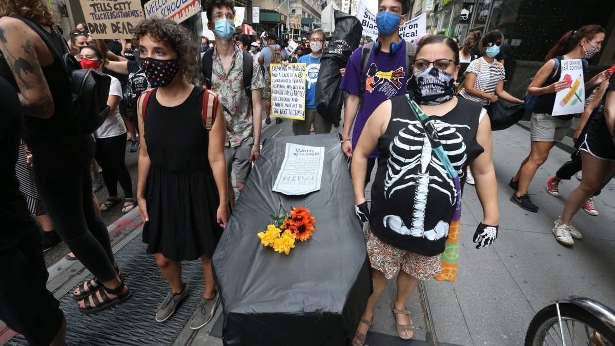 Принесли гробы: в США учителя протестуют из-за открытия школ – красноречивые фото
