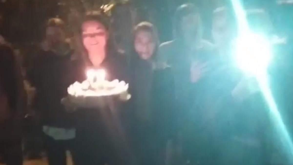 В Ровно школьники в полночь поздравляли учителя с днем рождения: соседи вызвали полицию – видео