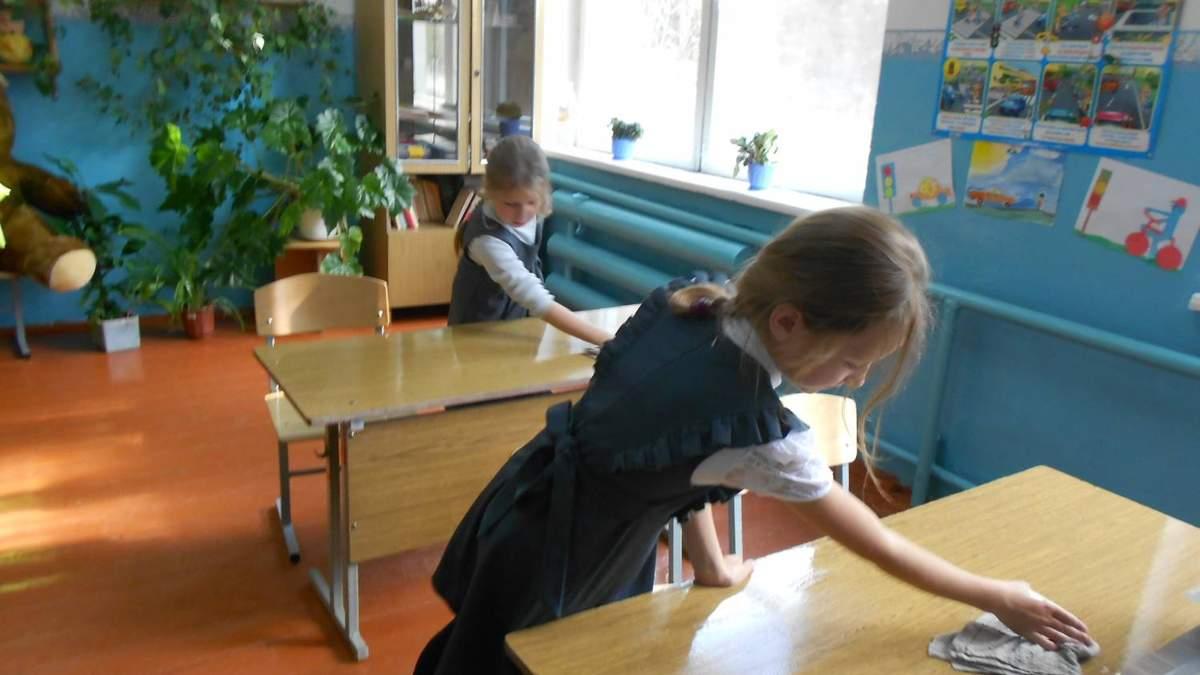 Чи повинні діти прибирати класи в школі: відповідь юриста