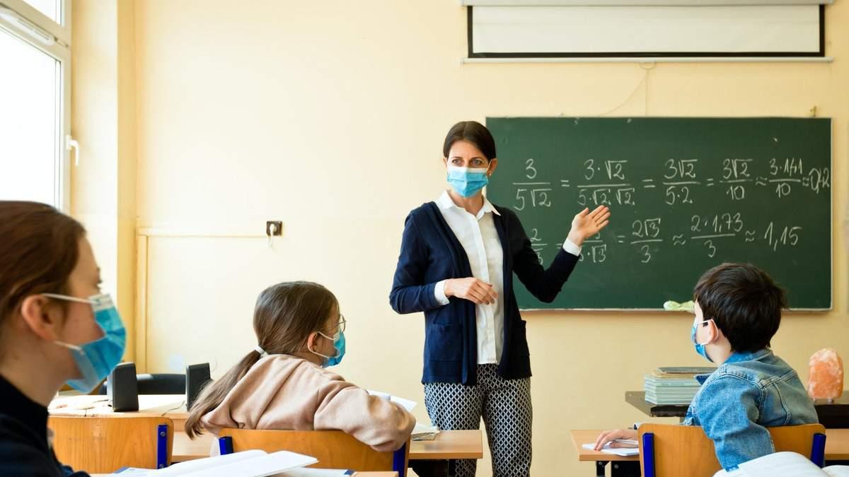 Рада приняла постановление о средствах на доплаты учителям и школам на защиту от COVID-19