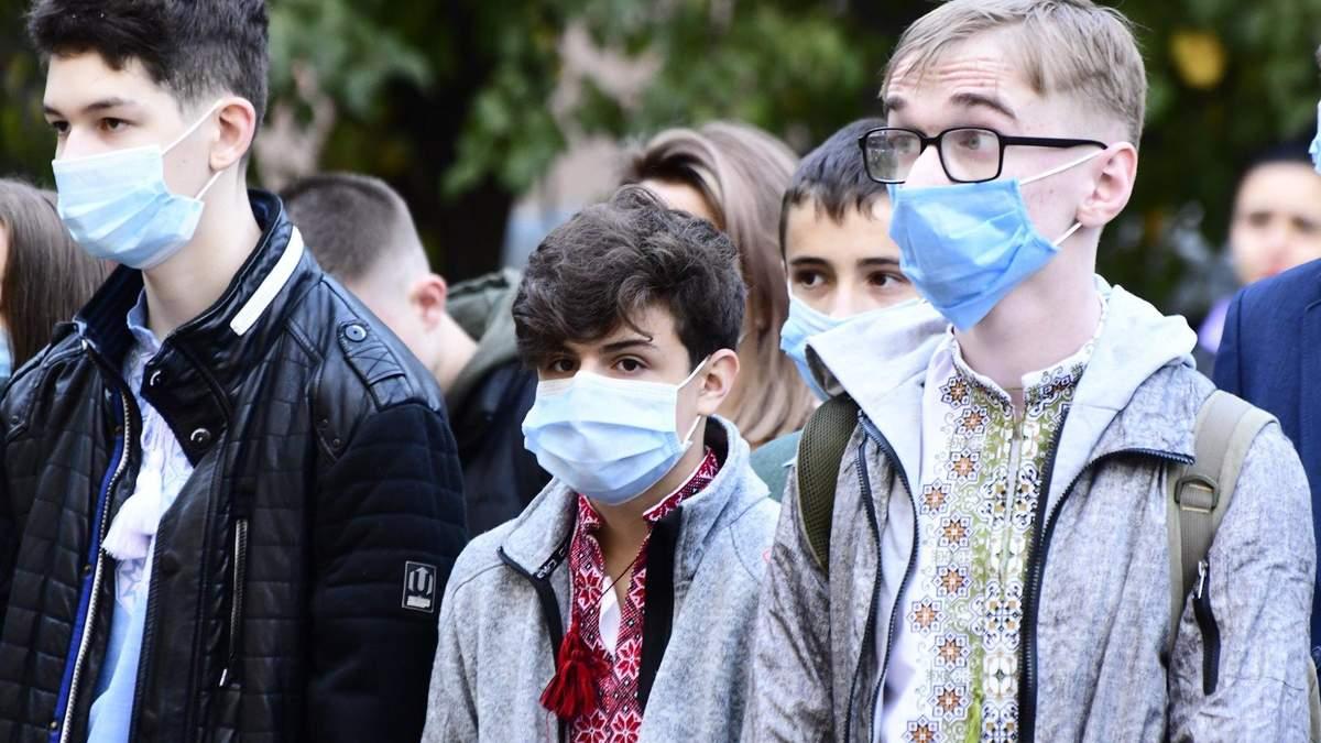 В Івано-Франківську учні нарешті пішли до школи після канікул: фото