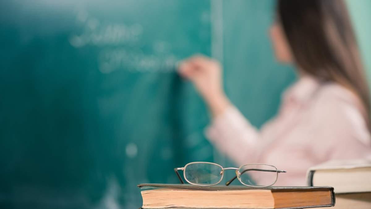 На Прикарпатье учителя митингуют из-за низких зарплат: не хватает 5 миллионов гривен