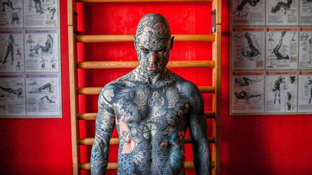 Во Франции воспитателю запретили преподавать из-за его внешности: фото