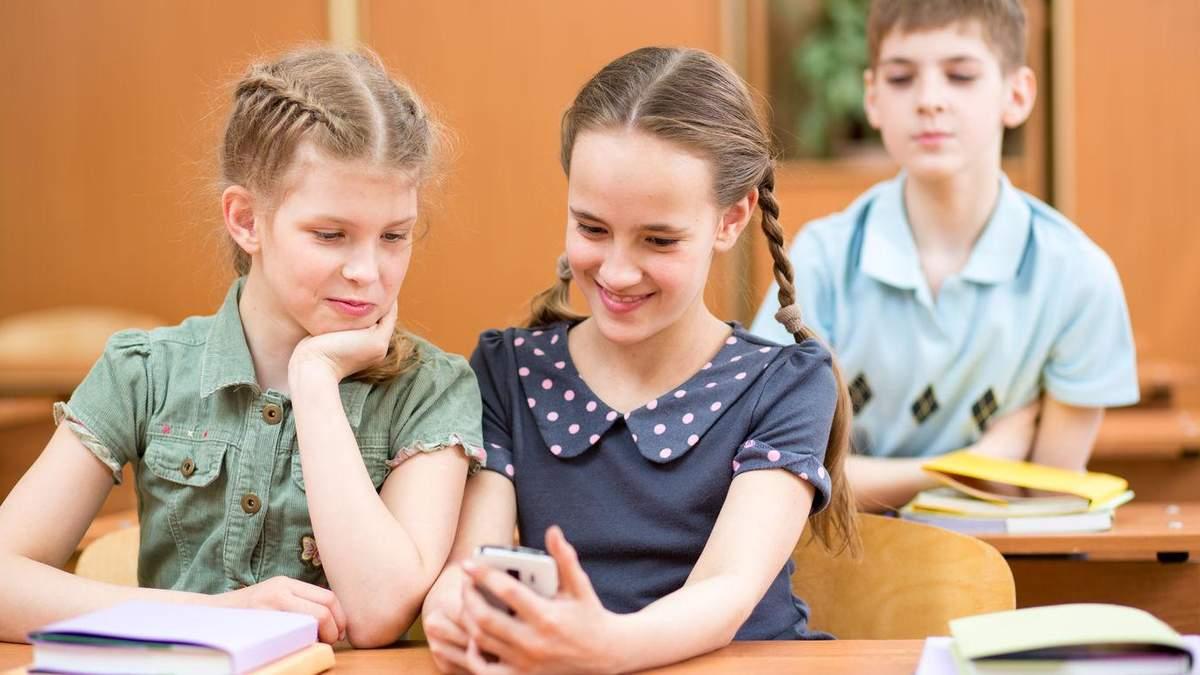У школах хочуть заборонити телефони для учнів: на сайті Ради з'явився законопроєкт