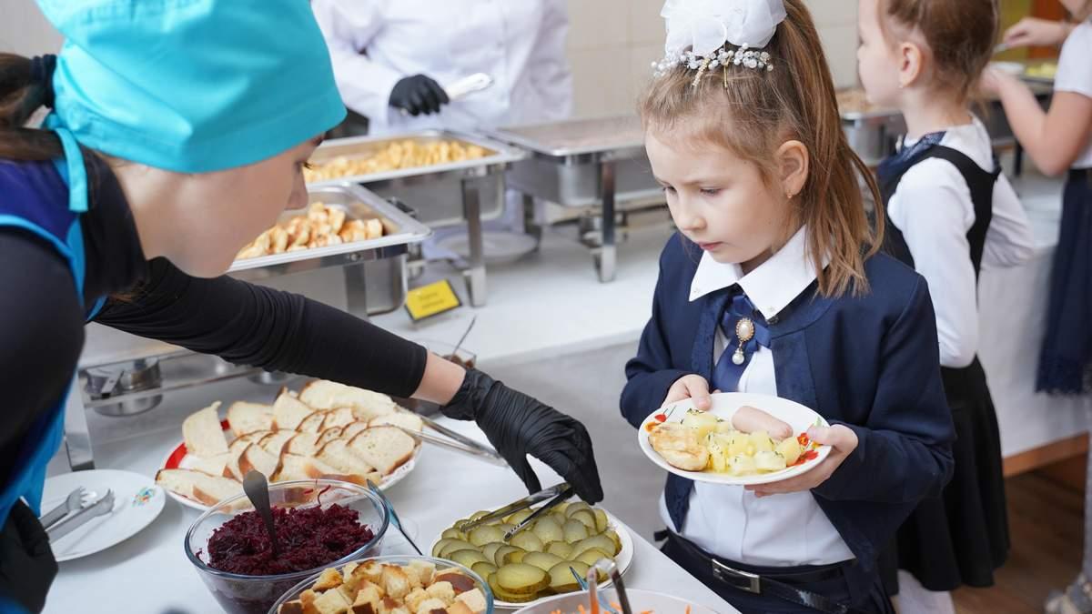 Без сосисок і напівфабрикатів: як годуватимуть дітей в школах і садках