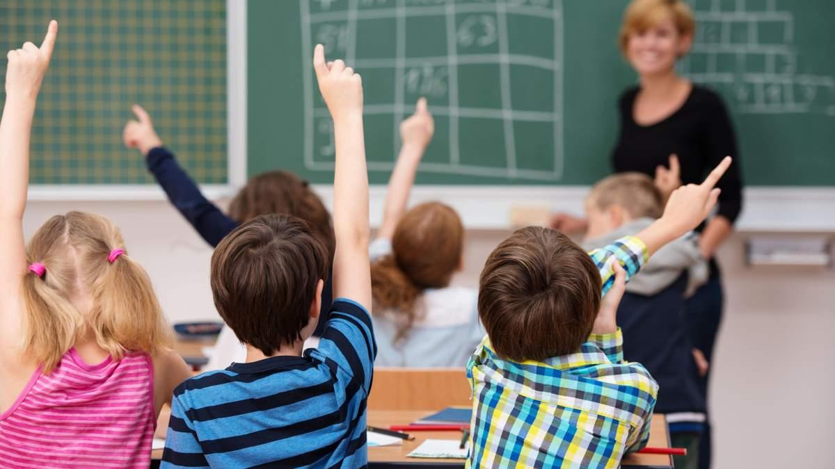 В Греции учительницу, отказавшуюся носить маску, приговорили к 12 месяцам заключения