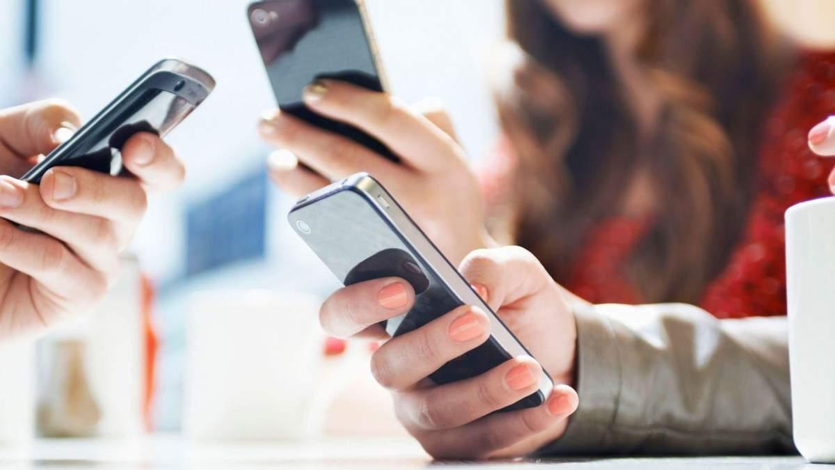 Діти і смартфони: чи варто в школах заборонити використання телефонів