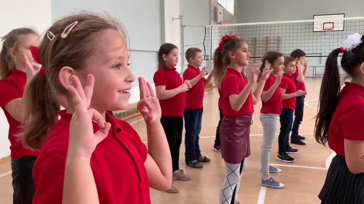 В школе Черкасс ученики ввели танец против коронавируса: милое видео
