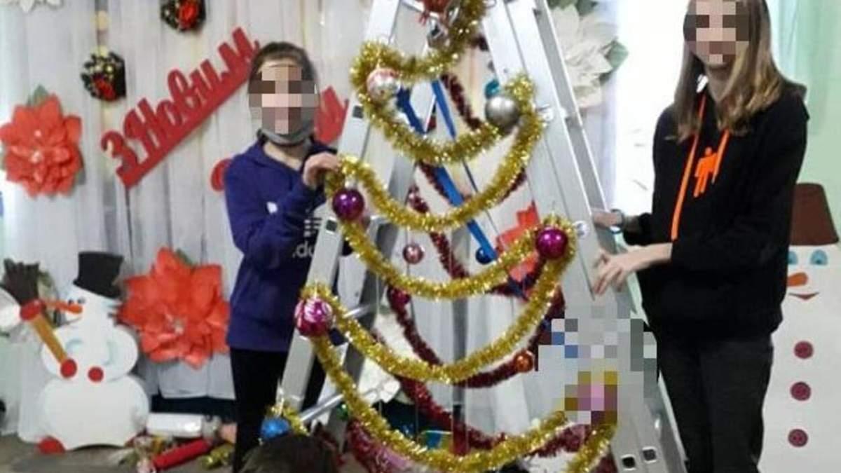 """В школе на Сумщине установили """"новогоднюю"""" стремянку"""