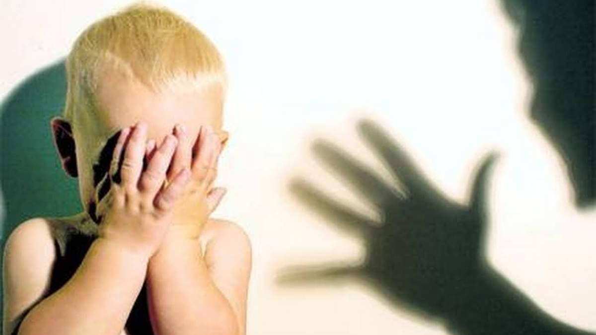 Мать жестоко избила сына