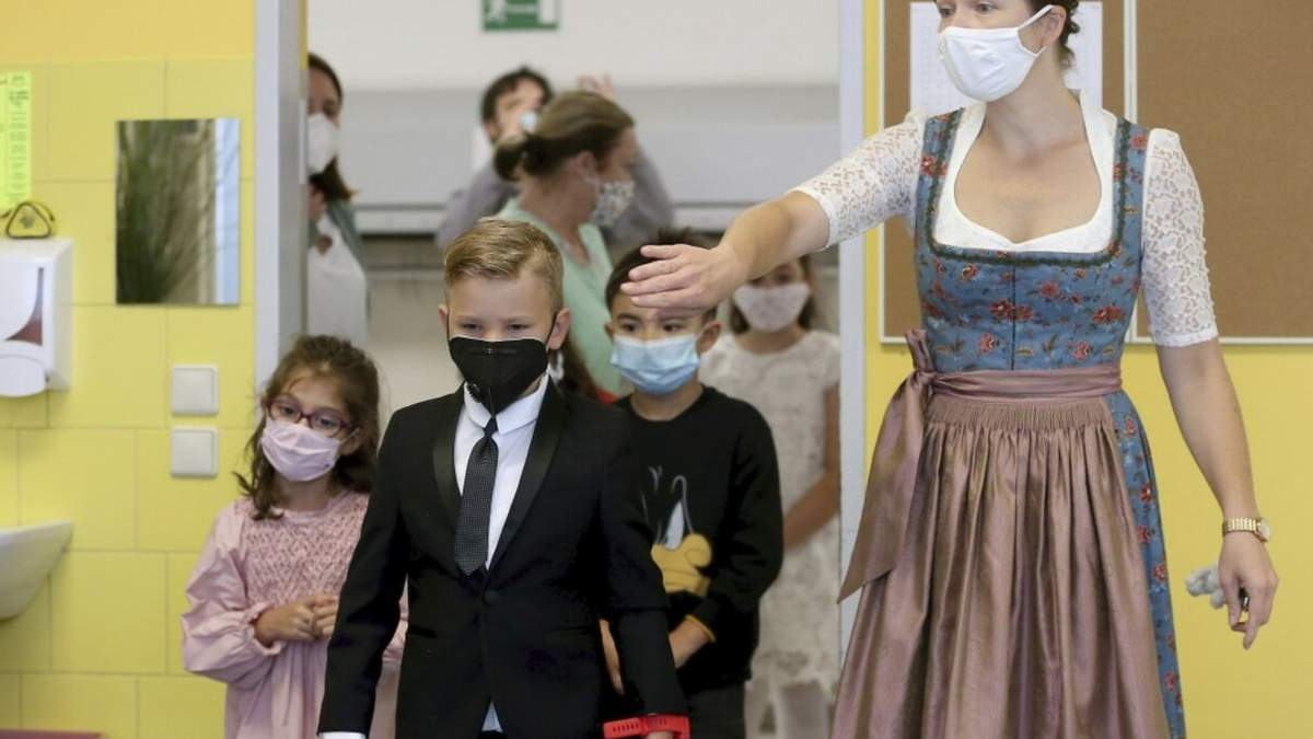 В Австрии требование носить маски в школах признали против закона