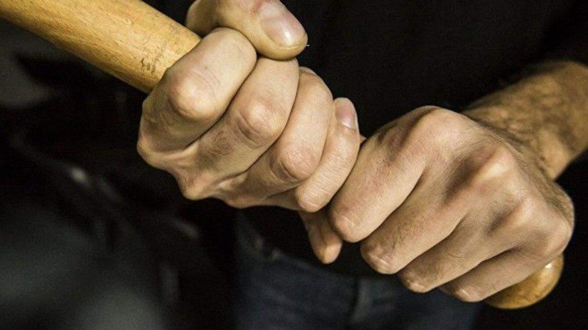 """Выпивает и """"воспитывает"""" детей палкой: в России электрик избил шестиклассника на уроке – видео"""