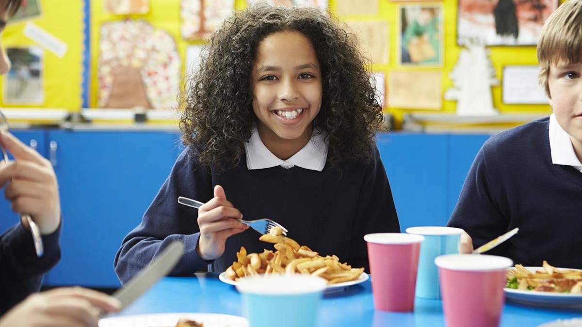Шкільне харчування в США: що там заборонено та як учням допомагають під час карантину