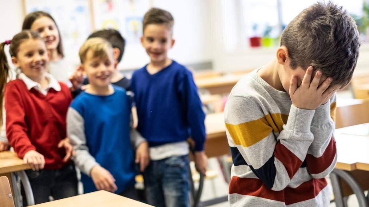 Принизливо обзивали та залякували: у Херсоні двоє школярів знущалися з однокласника