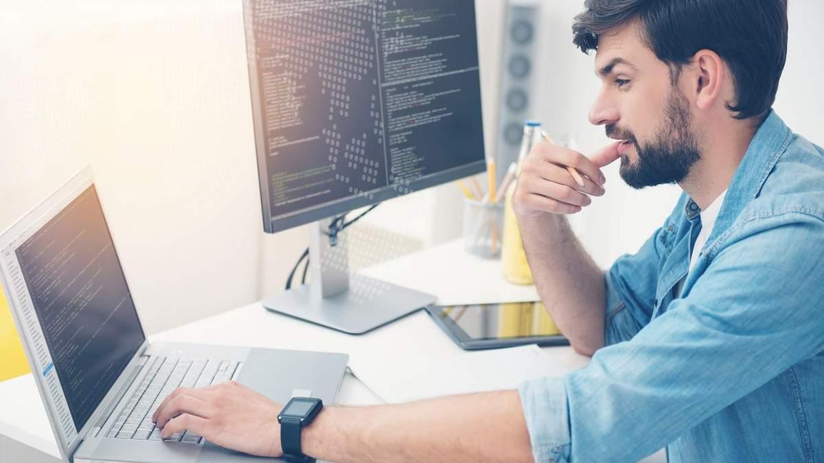 Через самонавчання чи університет: хто такий програміст та як увійти в ІТ-сферу