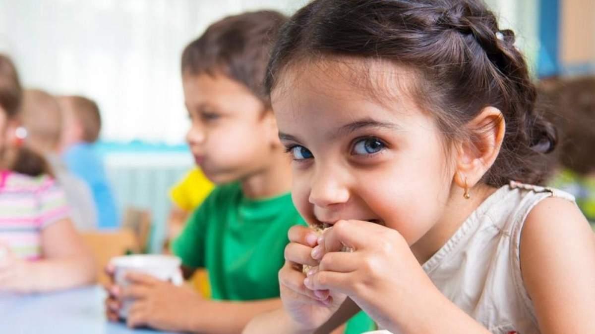 Нові правила харчування у школах: чим заборонено годувати дітей