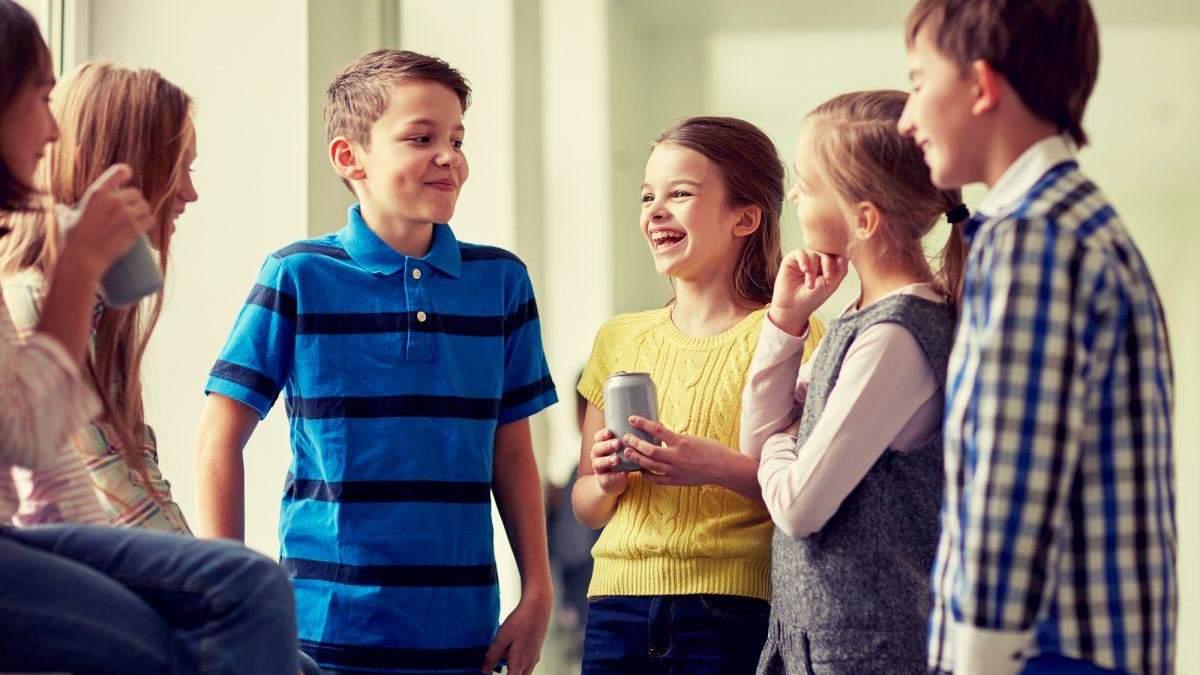 Учні спілкуються російською мовою на перерві: як це змінити