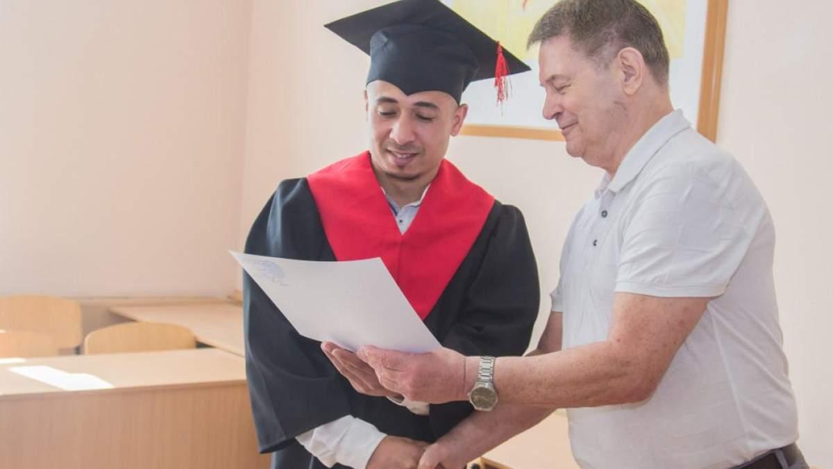В Україні затвердили нові форми дипломів про вищу освіту: деталі