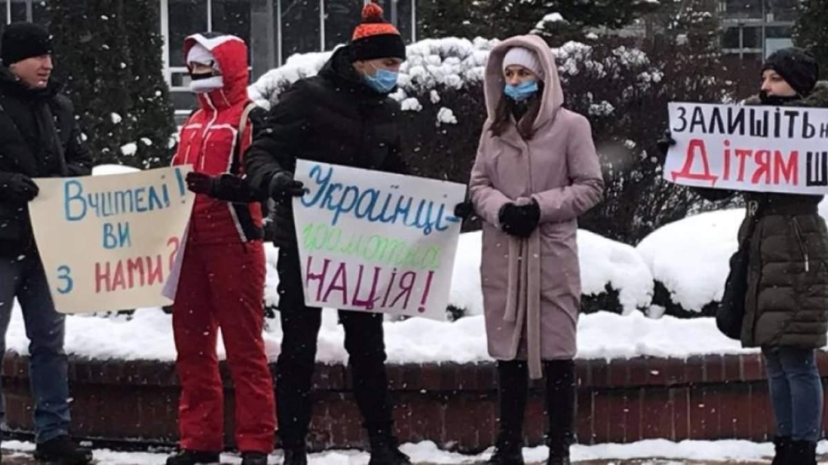 Протесты в Виннице из-за онлайн-обучения: родители требовали вернуть детей в школы – фото