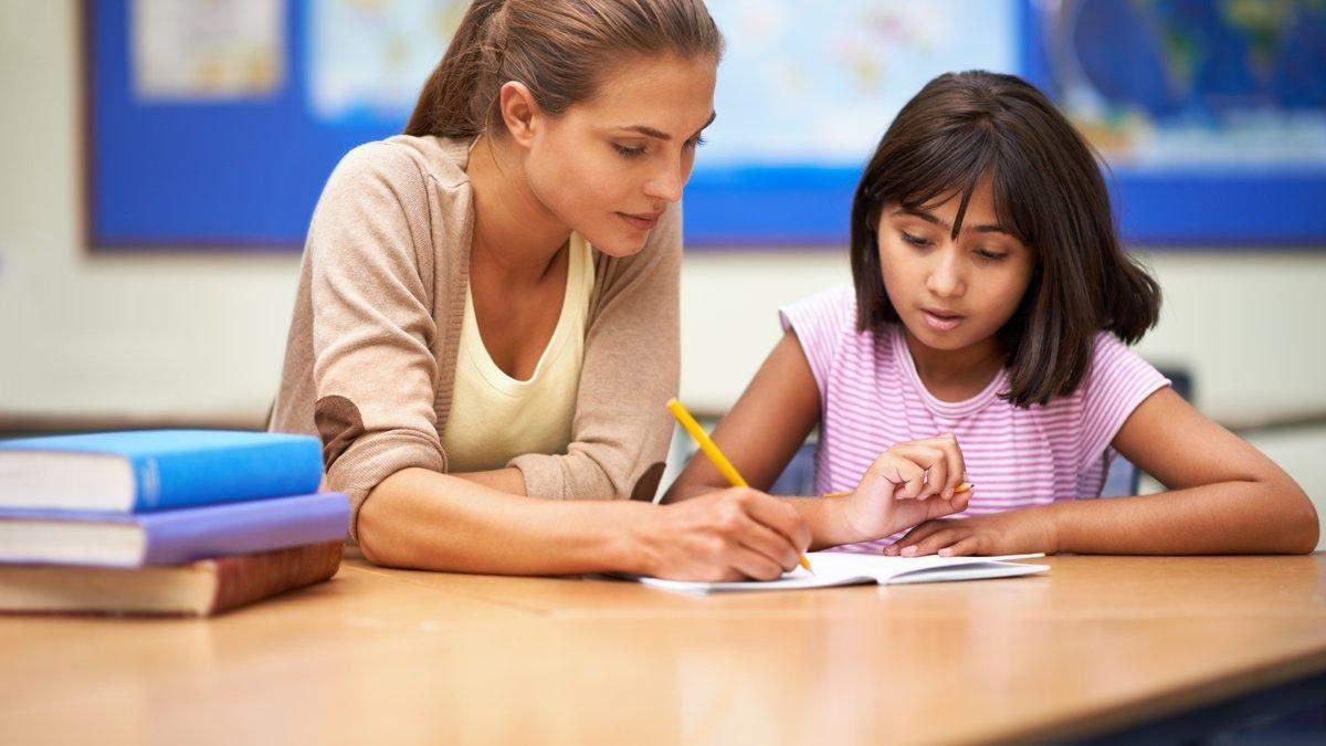 Скільки заробляють вчителі на початку та через десять років роботи в школі: відомі суми