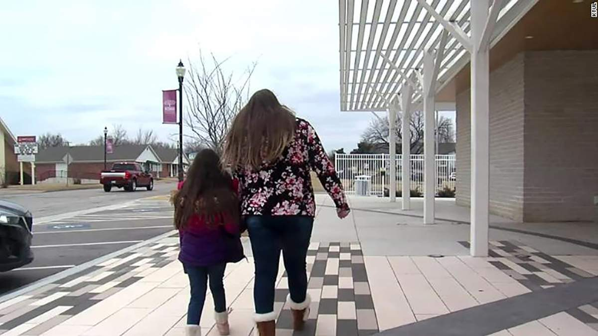 У США ученицю 2-класу вигнали з школи, бо їй сподобалася дівчинка