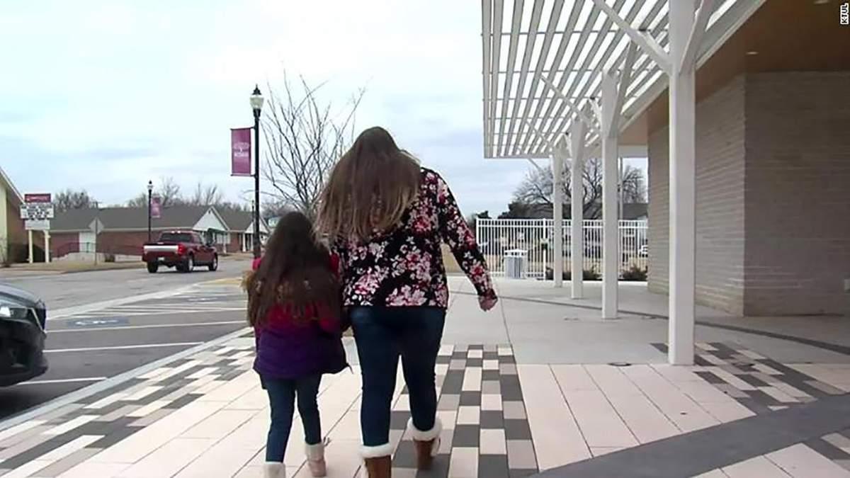 У США другокласницю вигнали з християнської школи, бо вона зізналася у почуттях до дівчини
