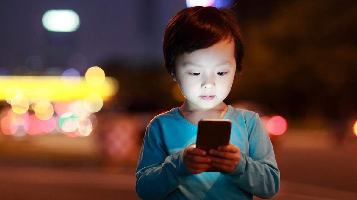 В Китае ученикам запретили брать мобильные телефоны в школу: причина