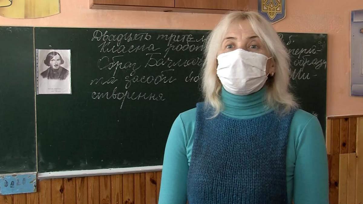 Учительница взобралась на парту, чтобы рассказать детям стих: видео