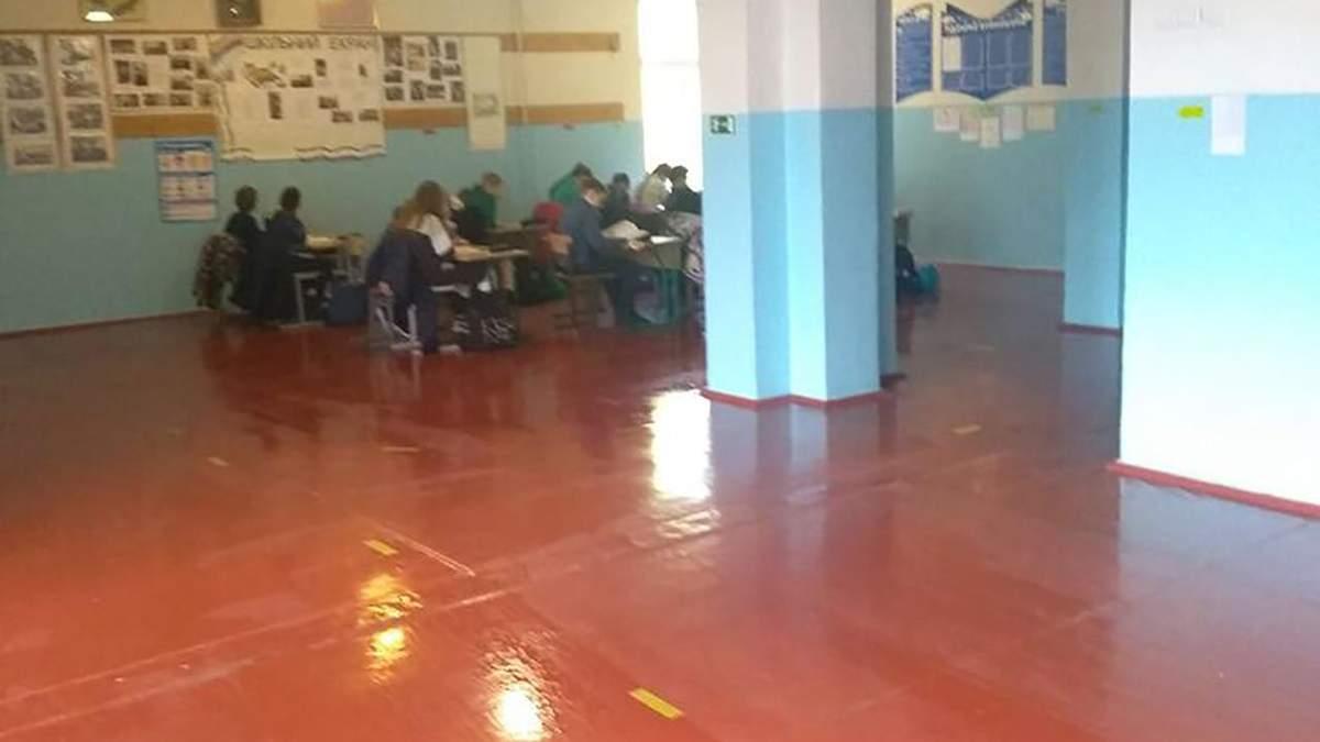Из-за большого количества учеников в школе на Киевщине учителя проводят уроки в коридорах: фото