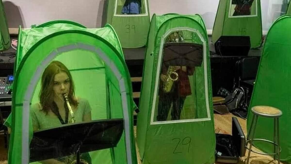 В Вашингтоне уроки музыки проводят в защитных палатках: фото