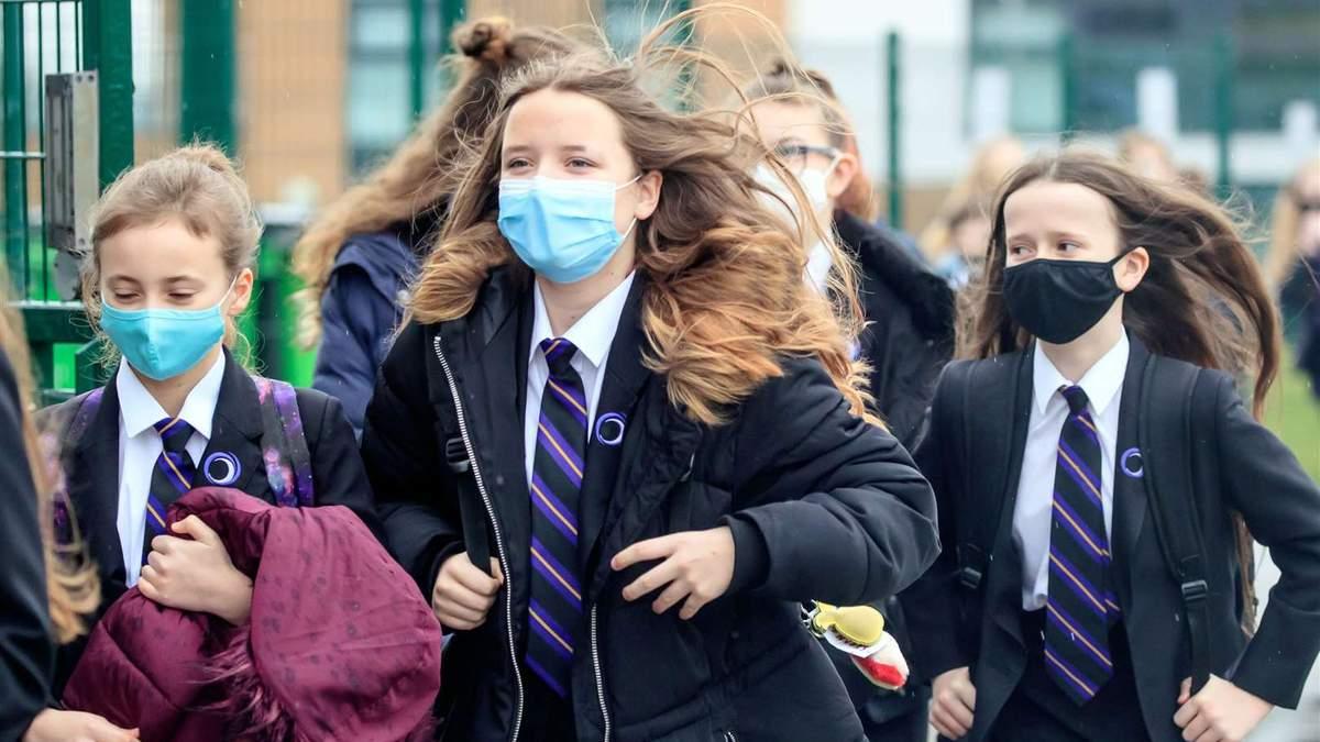 У Британії учні повертаються до школи після карантину: завдяки чому