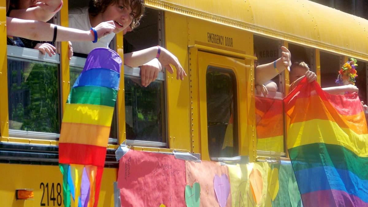 Скільки ЛГБТ-підлітків в Україні почуваються у небезпеці в школі: дані