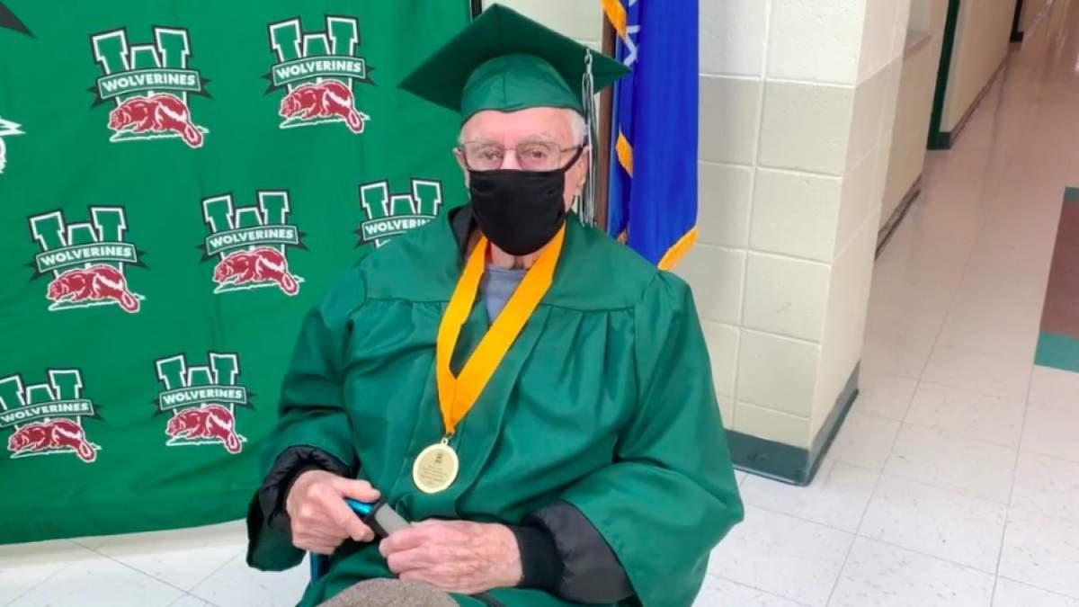 Американец, который бросил школу и пошел на войну, в 96 лет получил диплом школьного образования