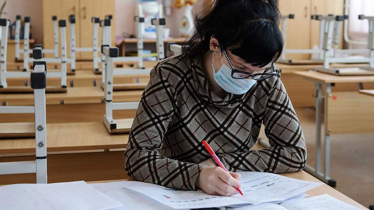 Сколько учеников и учителей во Львове болеют коронавирусом: продолжат ли дистанционку