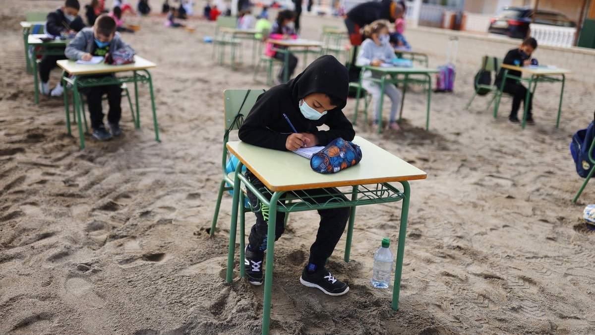 Іспанська школа проводить уроки для учнів на пляжі: фото