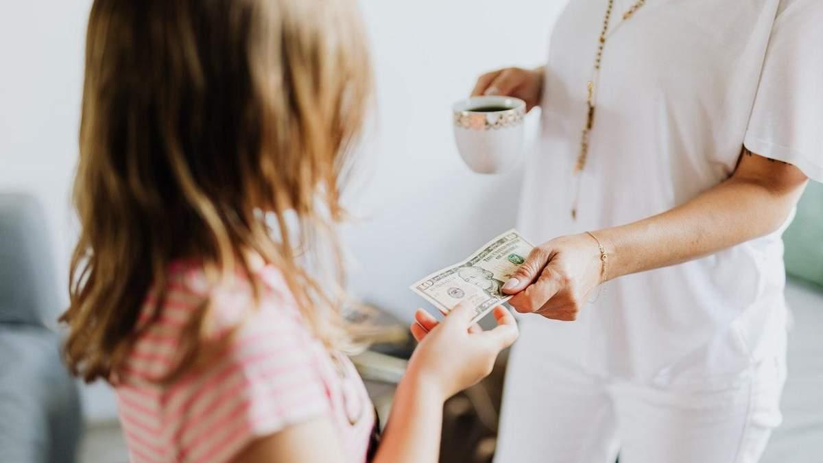 Батьків закликають говорити з дітьми про гроші: чому це важливо
