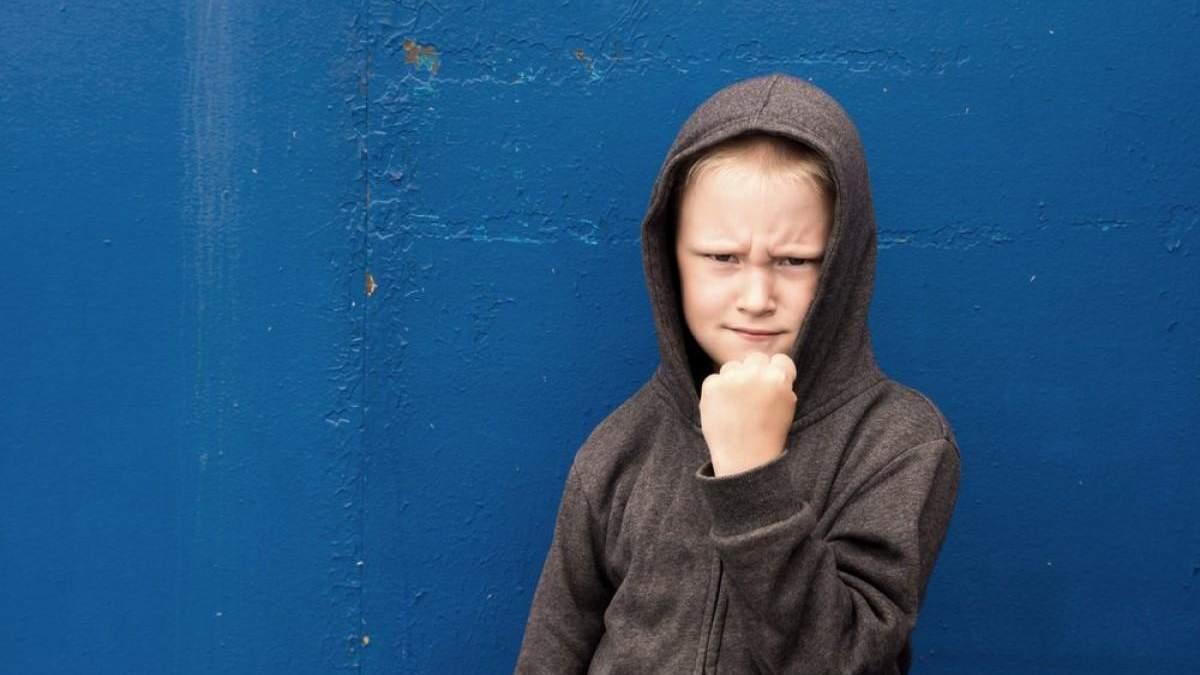 Пил энергетик и ругался на уроках: на Харьковщине оштрафовали маму ученика за его неуважение