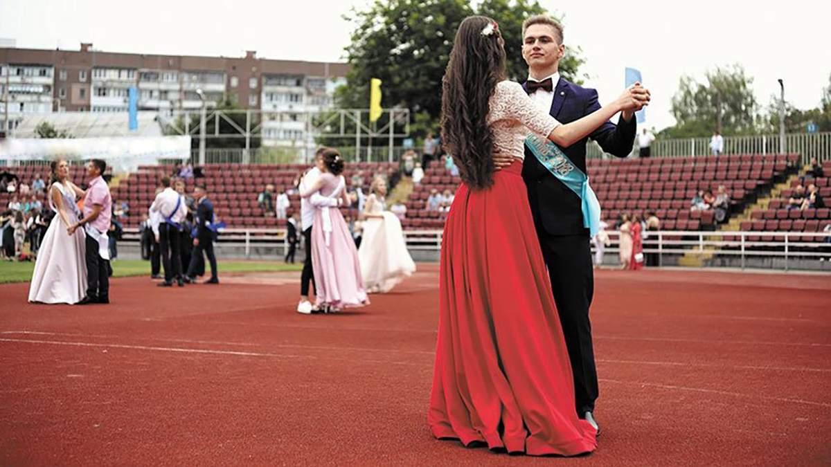 На улице и без родителей: как в Киеве будут проводить выпускные в 2021