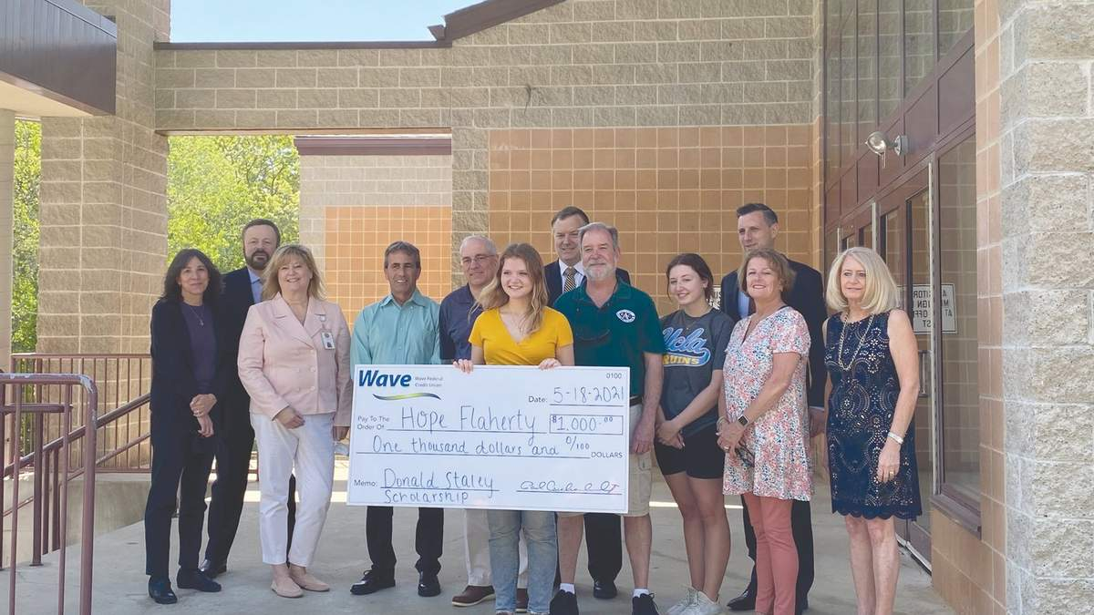 Школьница получила 1 000 долларов стипендии