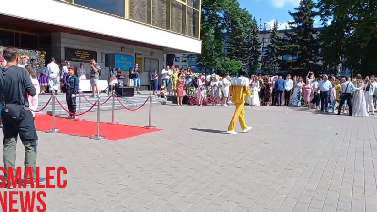 В Луцке золотой медалист пришел на вручение в костюме пива: фото