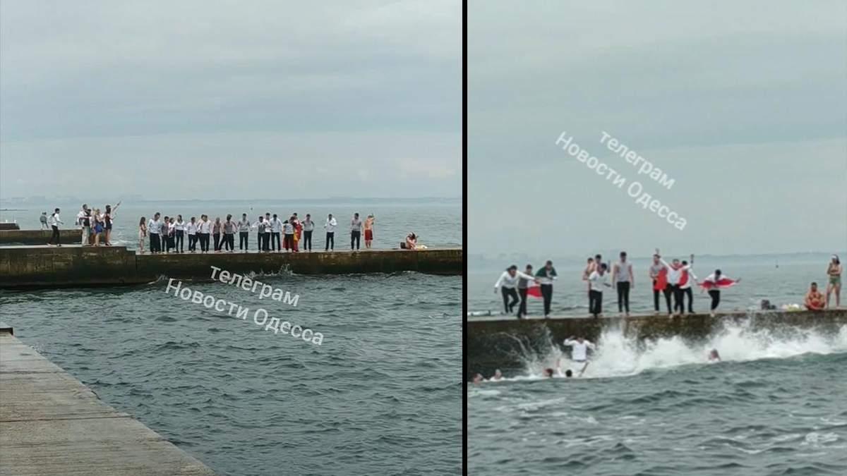 Студенты Морской академии в Одессе прыгали в море: видео с выпускного